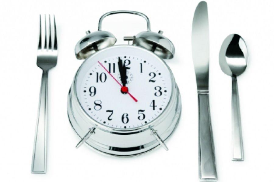 Πρέπει κανείς να τρώει μετά τις 8 το βράδυ;